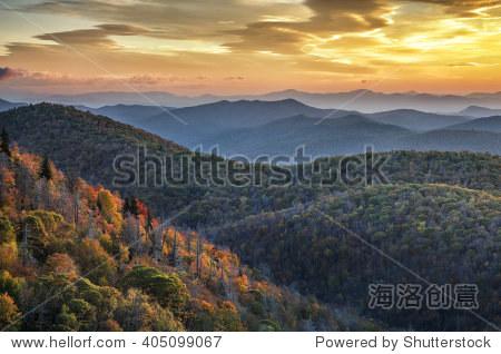晨光和秋天树叶蓝岭风景区干道的北卡罗莱纳