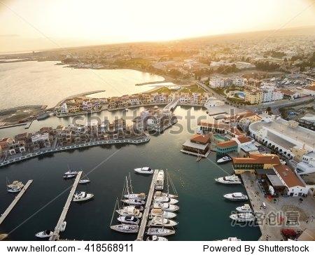 代的、高端、新开发的游艇与停泊空间和海滨长U视频软件图片