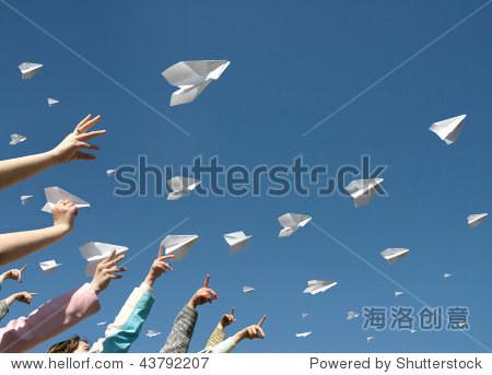孩子的手向上扔的纸飞机的消息.