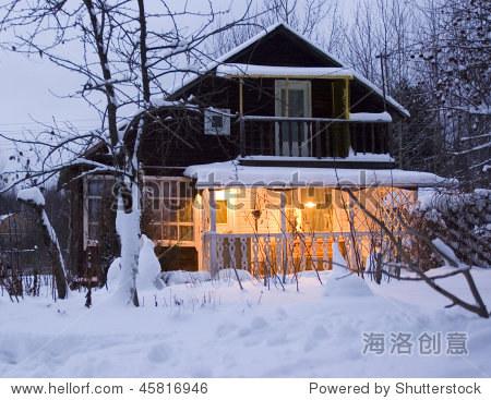 舒适的小屋在冬天森林