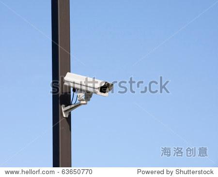 监控摄像头在停车场根路灯杆上