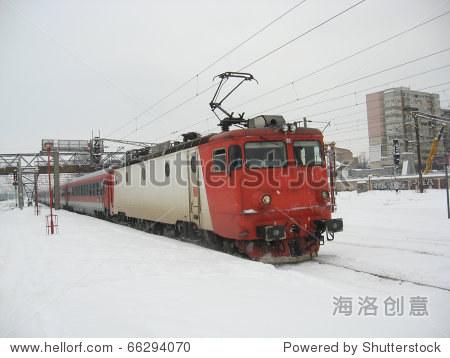 电力机车正在冬天的火车