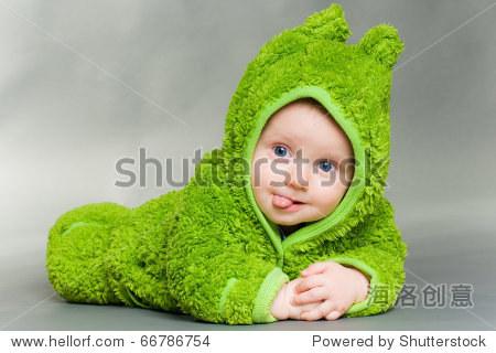 甜美可爱的宝宝穿着一只青蛙 - 美容/时装服饰,人物