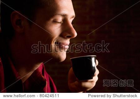 男人喝咖啡砖背景