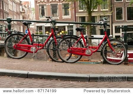 红色自行车停在街头在阿姆斯特丹,荷兰