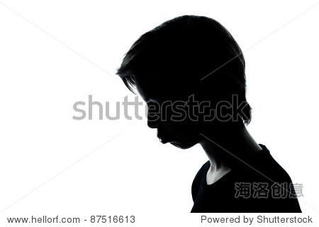 一个白人少年剪影小男孩或女孩在工作室肖像穆迪撅嘴