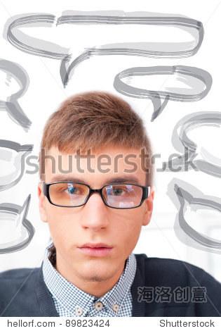 学生或休闲好看男人戴眼镜的肖像 看相机 与他的思想空白气球的文字