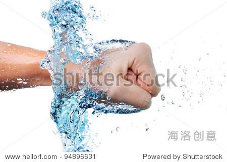 拳头在水中
