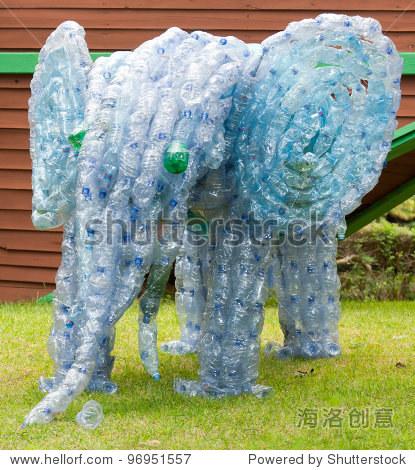 大象用塑料瓶制成的.如何使有用的概念从垃圾和美丽的