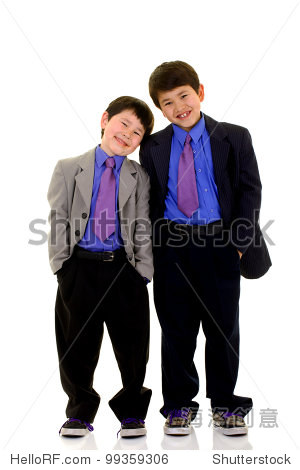 两个可爱的小男孩的微笑穿上西装和领带孤立在白色背景