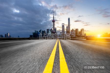 通过上海,中国现代化的柏油路。