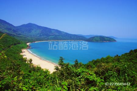 东南亚越南岘港灵姑湾蓝色海岸线风光