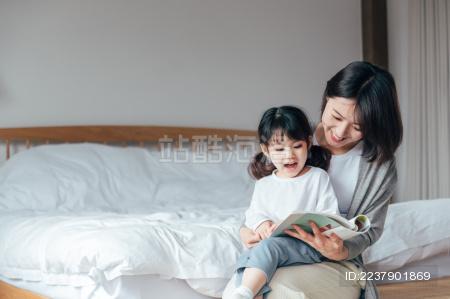 妈妈和女儿在家读书