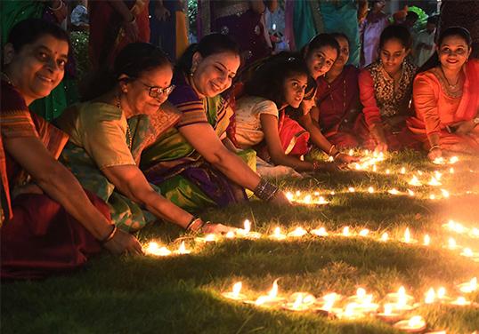 印度人民点油灯放烟花欢度排灯节