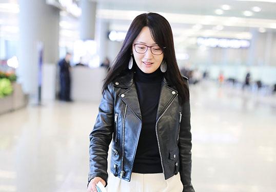 47岁杨钰莹低头浅笑闲庭阔步完美诠释冻龄女神