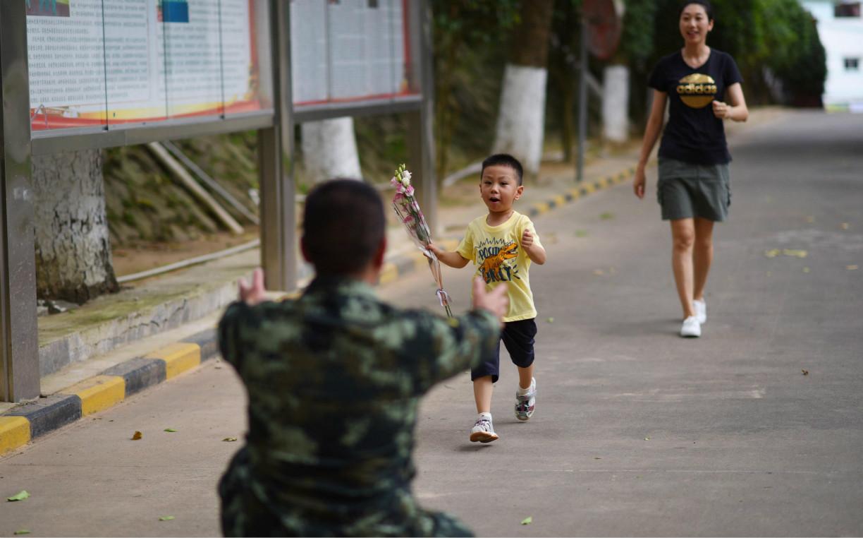 三岁男娃进军营  与父亲团聚5分钟