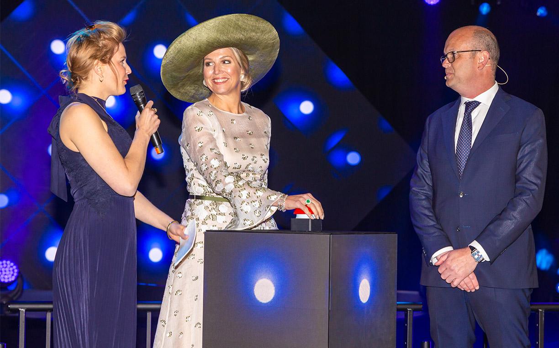 荷兰王后出席船厂开幕式 戴大沿礼帽贵妇气十足