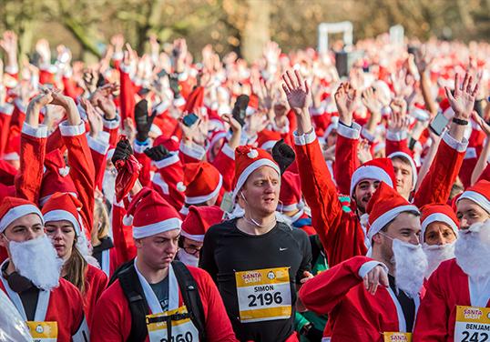 伦敦举行圣诞老人跑