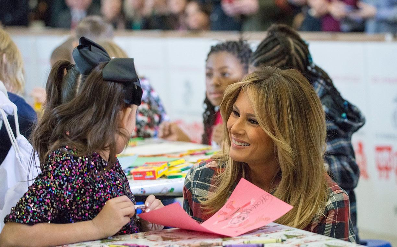 美国第一夫人参加慈善活动 与小朋友互动母爱满满