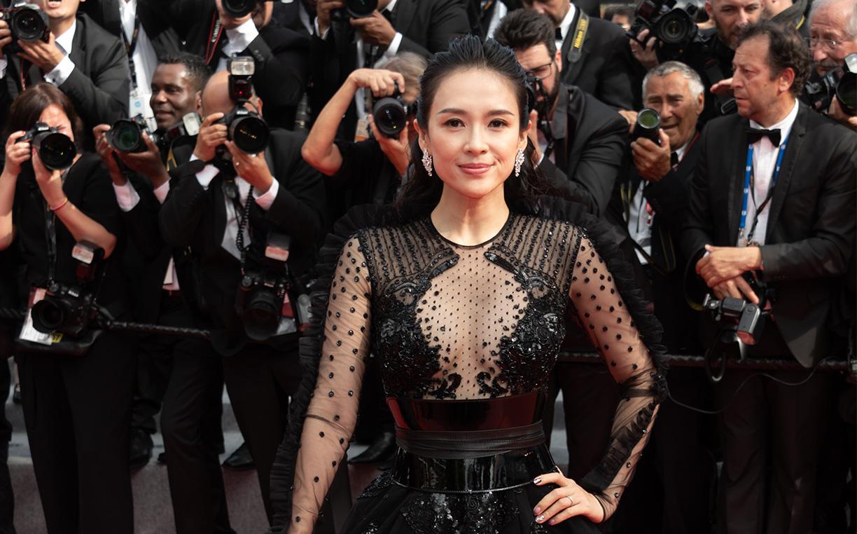 72届戛纳:主竞赛单元《好莱坞往事》首映 章子怡黑色透视纱裙秀玲珑身材