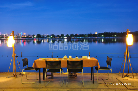 杭州西湖边的餐桌
