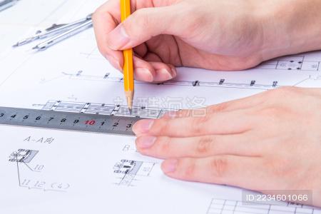 设计师利用工具绘制图纸