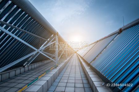 安装在房顶的太阳能热水器