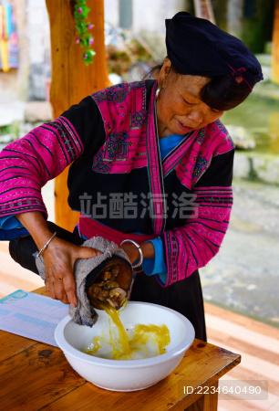 瑶家喷香的竹筒鸡