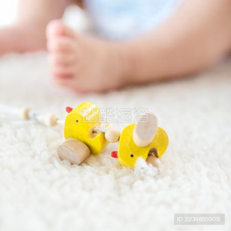 婴儿局部身体和玩具小黄鸭