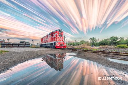 绚丽天空背景下的火车