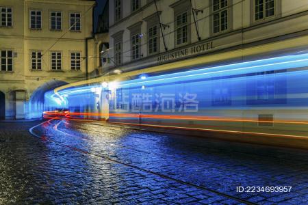 欧洲古街中驶过的电车