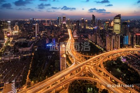 夏天日落时的上海天际线和高速交通