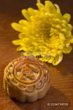 放在桌上的月饼和菊花