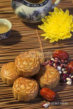 放在桌上的月饼 茶具 大枣 豆子