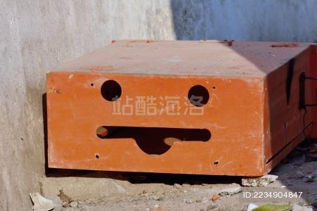 带有微笑表情的长方形盒子