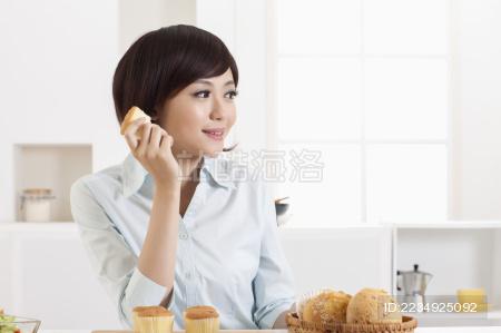 女性家中厨房