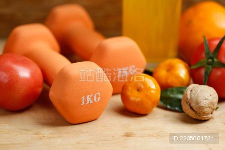 哑铃  橙汁  水果和干果放在木桌上 运动健康生活方式概念