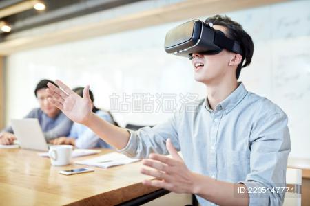 商务男士在会议室使用3D眼镜