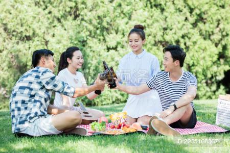 城市青年在户外野餐