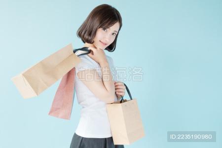 拿着购物袋的女生
