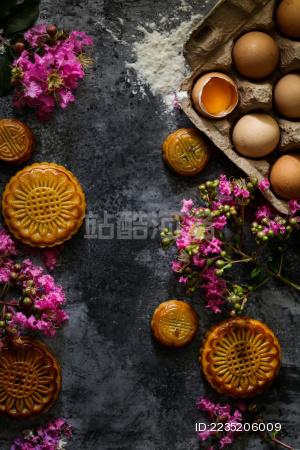 花好月圆之传统广式月饼和粉色紫薇花