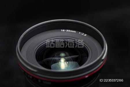 黑背景下的相机镜头