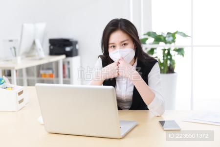 戴着口罩的商务女人
