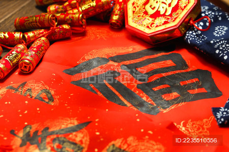 中国结 假鞭炮和春联背景