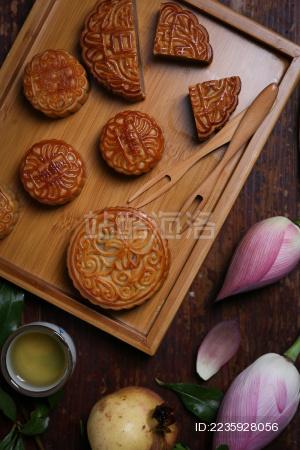 复古风格的广式月饼和荷花及石榴果实