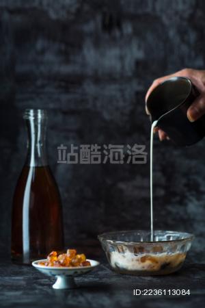 牛奶红枣炖桃胶