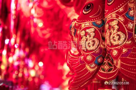 特写年年有鱼中式红金配色春节装饰品