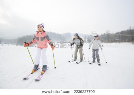 年轻家庭在滑雪场滑雪