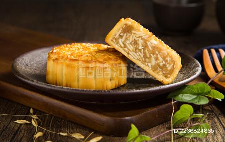 一碟放在桌面上的鲍鱼味五仁月饼