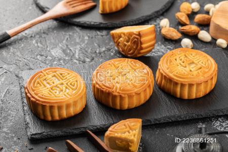 黑色背景上的中秋节小吃月饼